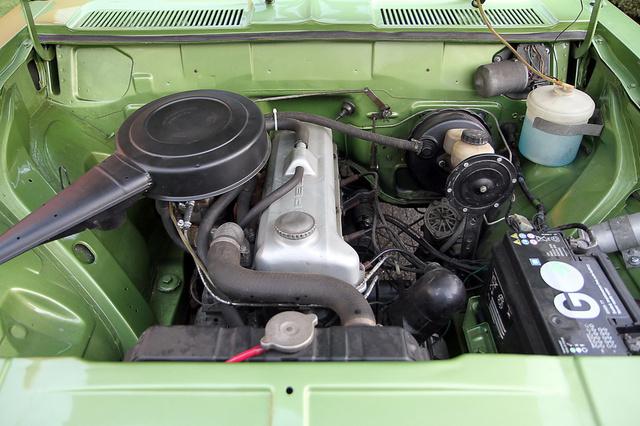 Dénes kupéját egy négyhengeres, 1,7 literes, 75 lóerős, karburátoros benzinmotor hajtja
