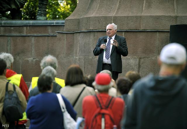 2011. július 1. Lehmann György ügyvéd beszédet mond a kilakoltatási moratórium lejártának napján megrendezett Tüntetés a bankok túlkapásai ellen nevű rendezvényen.