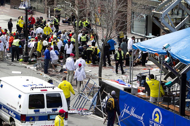 A mentésben részt vesz a Massachusettsi Nemzeti Gárda is. A hatóságok lezárták a területet, és elküldik a bámészkodókat.