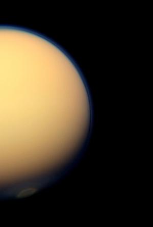 Az évszakváltás jelentős változásokat okoz a felhőzetben a Titán déli pólusa közelében. A Cassini űrszonda nagylátószögű kamerája által készített felvételen egy óriási örvény látható. A legújabb infravörös adatok szerint ugyanitt egy jégfelhő is elkezdett kialakulni.