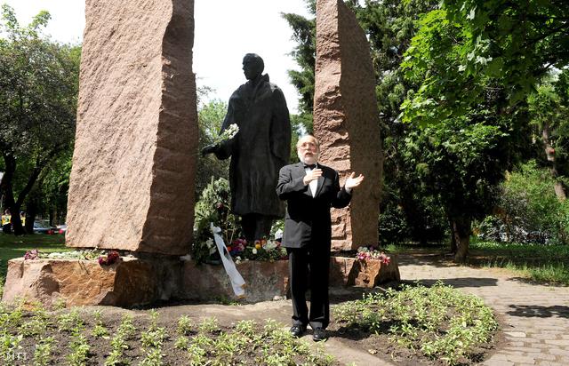 Feldmájer Péter Raul Wallenberg svéd diplomata II. kerületi szobránál 2012. május 22-én