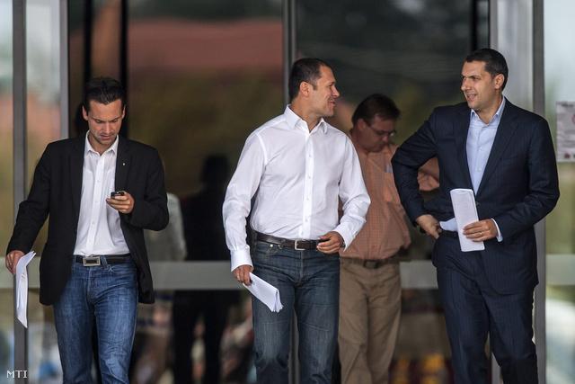 Havasi Bertalan a kormányfő sajtóstábjának vezetője (b) Giró-Szász András kormányszóvivő (k) és Lázár János a Miniszterelnökséget vezető államtitkár a a Fidesz-KDNP kihelyezett frakcióülésén, 2012. őszén Sárváron