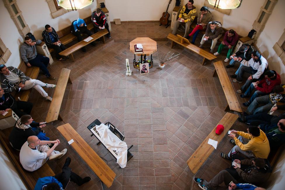Azt otthon állami normatívát is kap, de elsősorban a Magyarországi Református Egyház tartja fenn. Saját lelkészük és kápolnájuk is van, ahol istentiszteleteket tartanak, és a napirend része minden este az áhítat és csütörtökönként a Biblia óra. Az otthont létrehozó és működtető stáb tagjai mind keresztények. A vallási hovatartozás vagy életgyakorlat azonban nem feltétele sem a felvételnek, sem a programban maradásnak. A keresztény hit lehetőség, de senkinek sem kötelező. A terápiás szerződésben viszont vállalják a lakók, hogy a Biblia-órákon és istentiszteleteken részt vesznek.