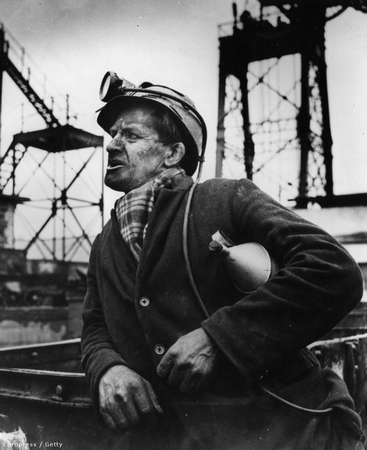 Egy Emrys Jones nevű bányász az Abercynon Colliery bányában, műszakváltáskor. Jones egyébként a walesi nemzeti oprera egyik vezető tenorja volt (1951).