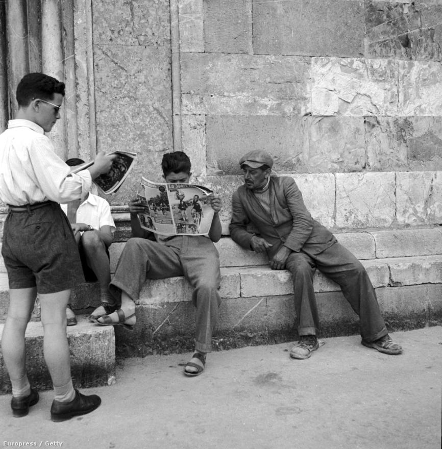 Olasz férfiak olvasnak az assisi templom előtt (1951).