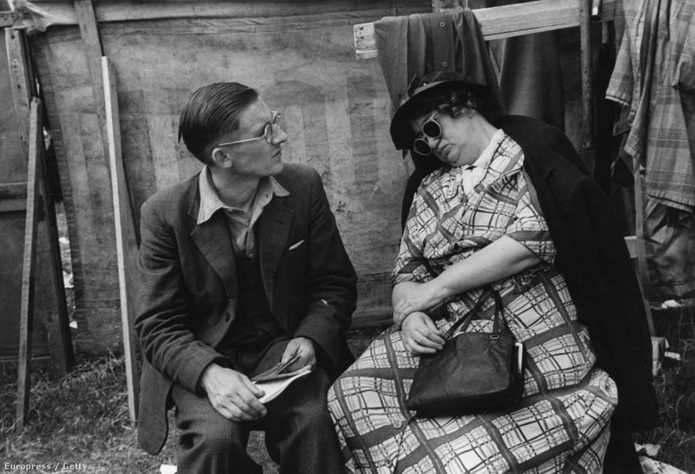 A wrightoni ügető egyik nézője a lovak helyett egy alvó nőt figyel (1952).