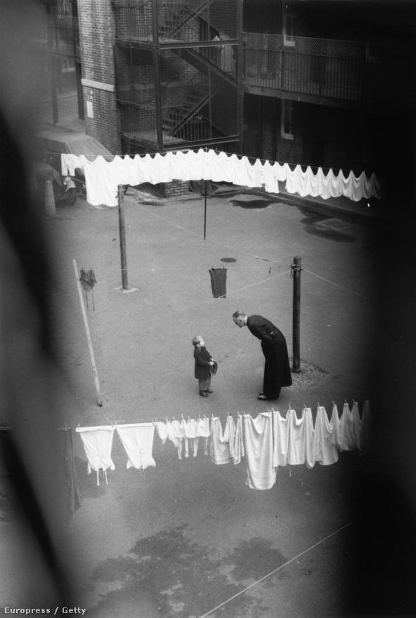 George Reindorp, a londoni Szent István templom plébánosa karácsony napján beszélget egy kisfiúval (1954).