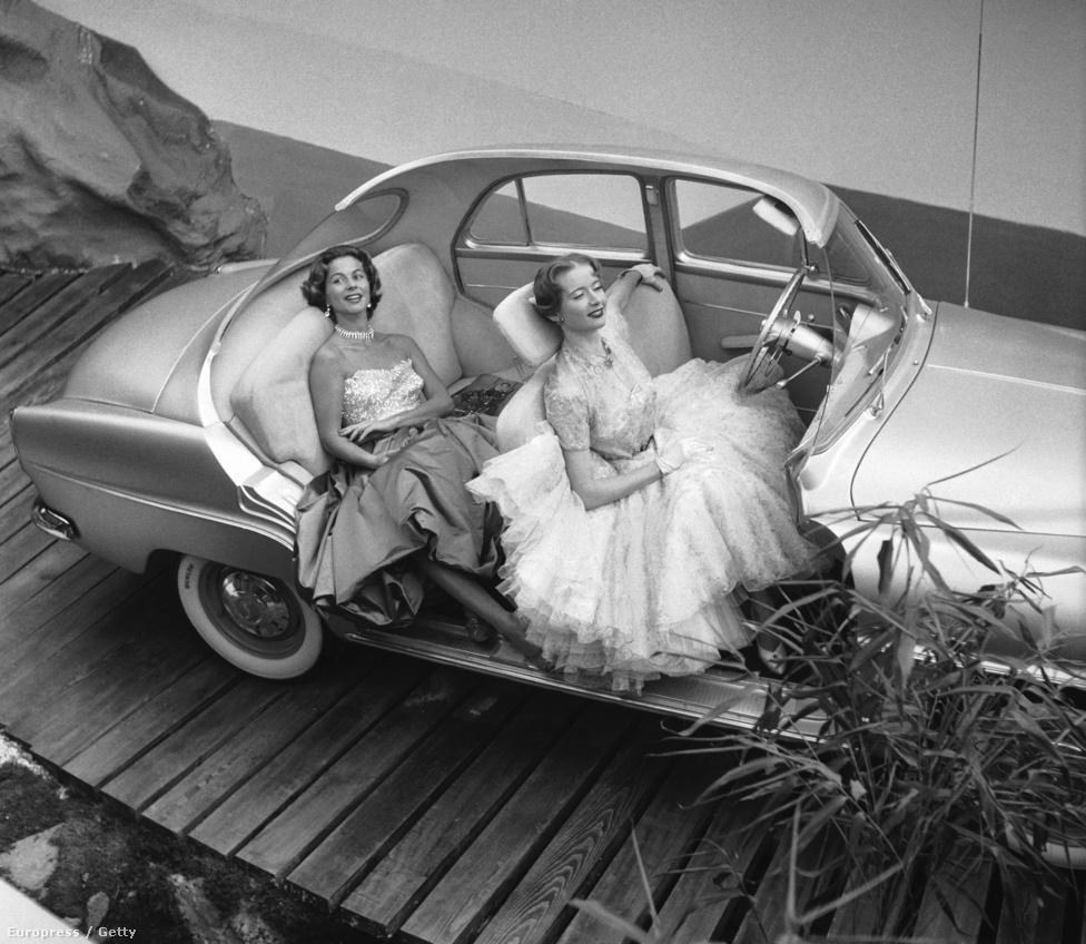 A párizsi autókiállítás egyik autójában, egy Simca Arondéban két fotómodell piheni ki a hosztesszmunka fáradalmait (1956).