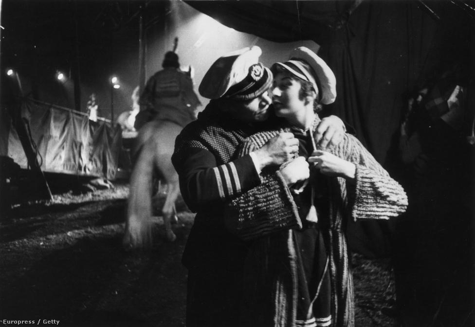 Tef Fleming fókaidomár és felesége Billy Smart cirkuszigazgató Új világ nevű cirkuszának kulisszái mögött (1956).