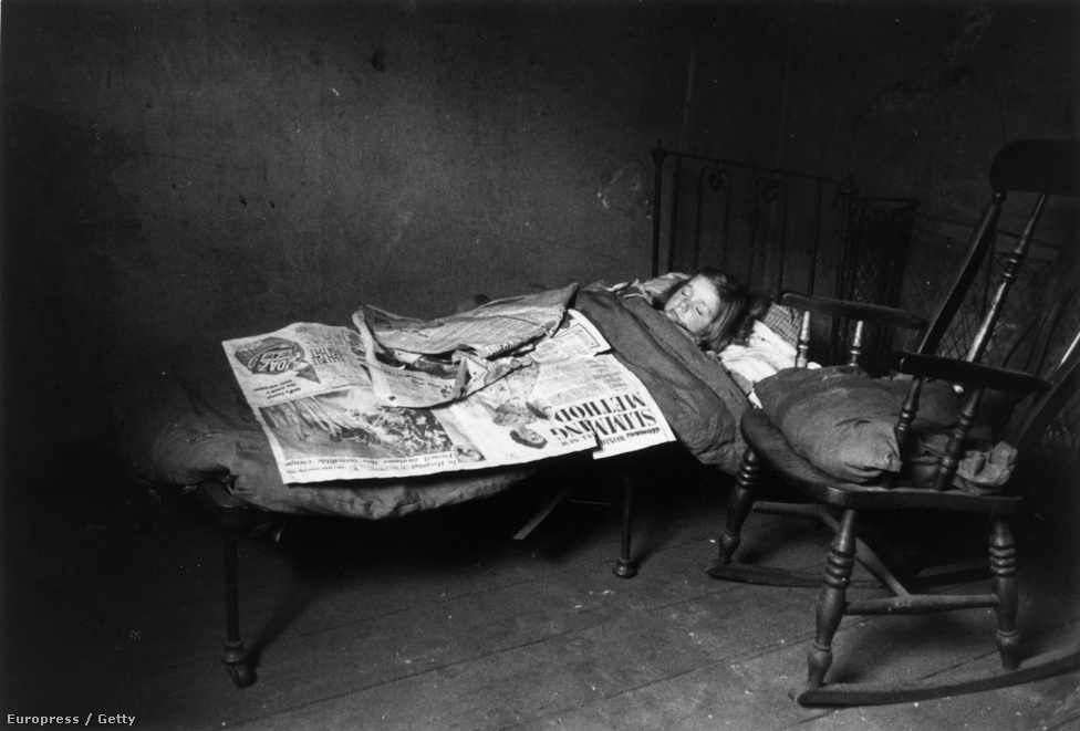 Egy gyerek alszik a liverpooli gettóban, ahol a hatóságok 88 000 házat és lakást nyilvánítottak lakhatásra alkalmatlannak (1956).