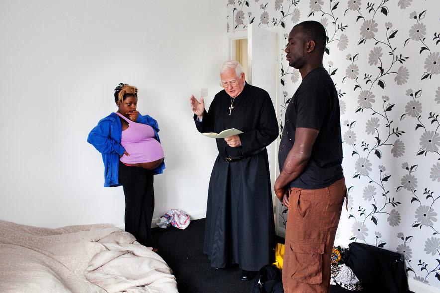 Jean-Claude és Mo a doncasteri hálószobájukban. Mivel úgy hitték, hogy a ház el van átkozva, hívtak egy papot, hogy áldja meg az otthonukat, mielőtt a gyerek megszületik.