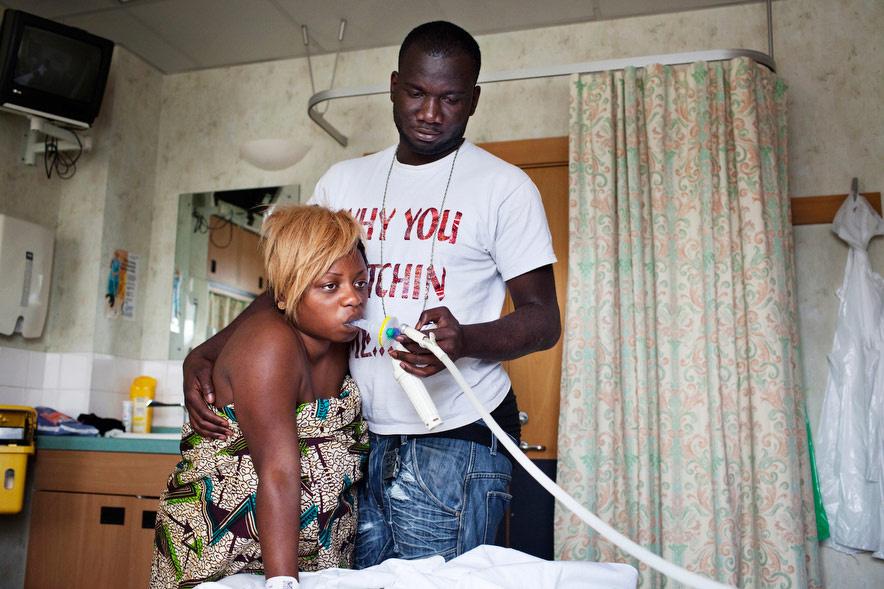 Jean-Claude segít Monak belefújni a szondába az első gyerekük születése előtti kivizsgálásokon egy doncasteri kórházban.