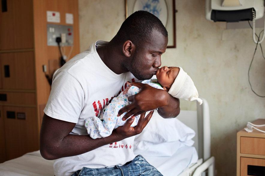 """Jean-Claude újszülött fiával, Curtis-szel a kezében. Curtist az apja kedvenc rappere, 50 Cent után nevezték el, akinek valódi neve Curtis Jackson.                          Petterson projektjének legnagyobb meglepetése a kettejük tartós kapcsolata lett. """"Én vagyok a fia, Curtis keresztapja és Jean-Claude a barátom."""