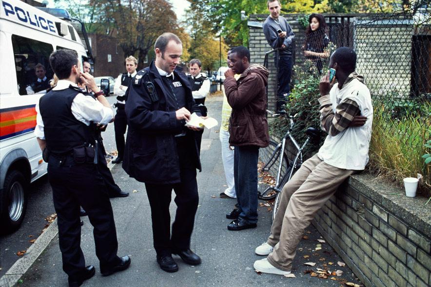Jean-Claude bandavezér (középen) és bandája a Loughborough Katonái, átveszik a rendőrségi jegyzőkönyvet, miután átkutatták őket Dél-Londonban. Adam Patterson fotós 2008-ban Londonba utazott, hogy elvégezze a London College of Communication fotóriporteri mesterképzését, ekkor ismerkedett meg a bandával.