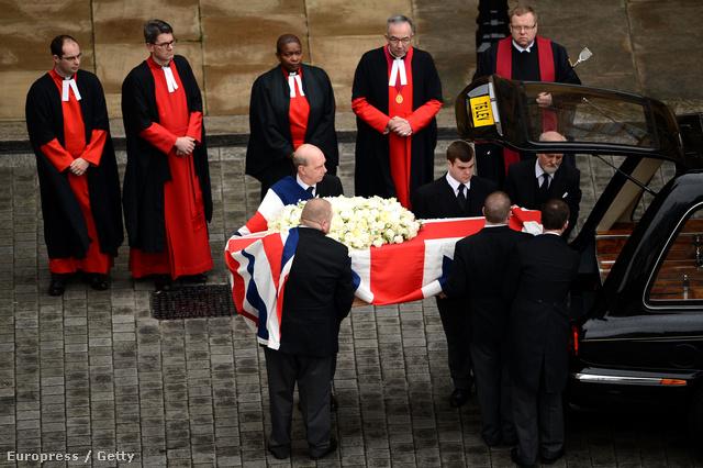 Thatcher koporsóját emelik a kocsira a Szent Pál Székesegyházban tartott ravatal után.
