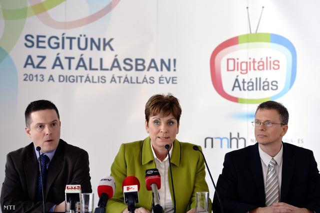 Aranyosné Börcs Janka a Nemzeti Média- és Hírközlési Hatóság (NMHH) főigazgatója beszél az NMHH budapesti sajtótájékoztatóján az A38 hajón 2013. március 11-én. Mellette Zsuppán Attila kommunikációs igazgató (b) és Karl Károly hírközlésfelügyeleti főosztályvezető (j).