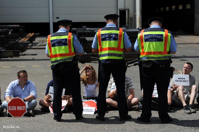 A kiérkező rendőrök értékelése szerint a tüntetők magánlaksértést követtek el, ezért mindenkit igazoltatnak.