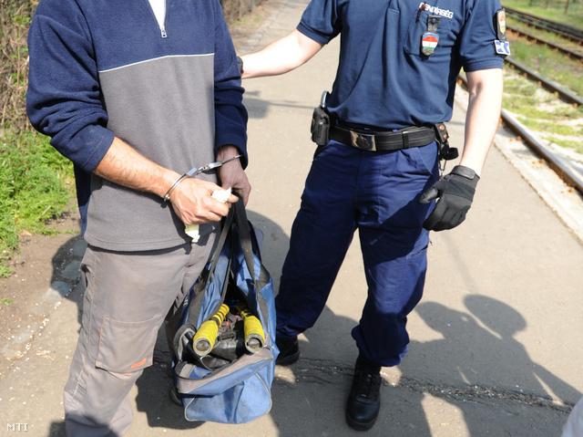 2011. április 4. Egy rendőr elvezeti a megbilincselt kezű tolvajt, akit társával együtt tetten értek a IX. kerületi Határ út és Távíró köz kereszteződésében található villamosmegállónál.