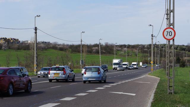 Ez az Egér út, Balatoni úti felhajtója. A távolban az M1-es és M7-es autópálya közös kivezetője. Egészen odáig hetven kilométeres sebességgel lehet haladni