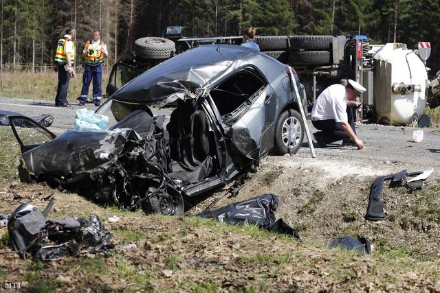 A személyautó áttért a túlsó sávba, és összeütközött a tartálykocsival