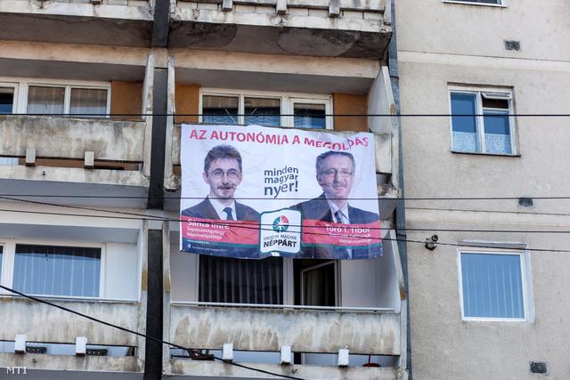 """""""Az autonómia a megoldás"""" felirat az Erdélyi Magyar Néppárt (EMNP) választási plakátján Sepsiszentgyörgyön 2012. november 27-én."""