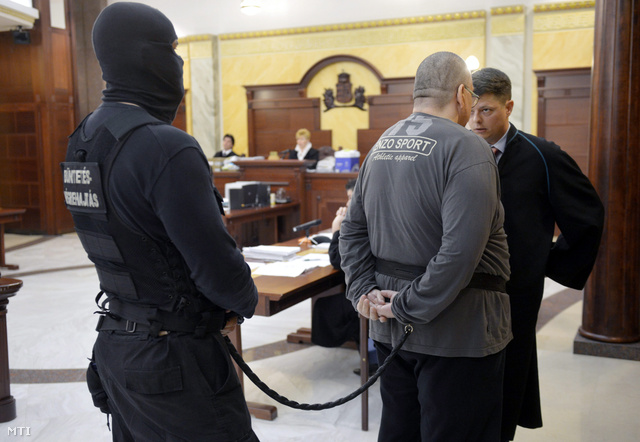 A csepeli kettős gyilkosság elsőrendű vádlottja ügyvédjével.