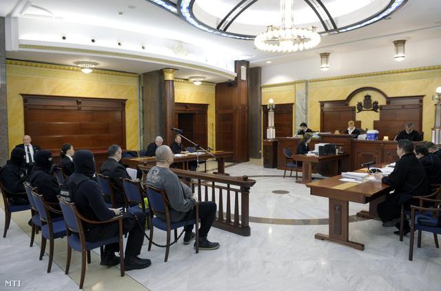 A csepeli kettős gyilkosság vádlottjai - két férfi és egy más bűncselekménnyel megvádolt nő - a büntetőperük másodfokon megkezdett tárgyalásán