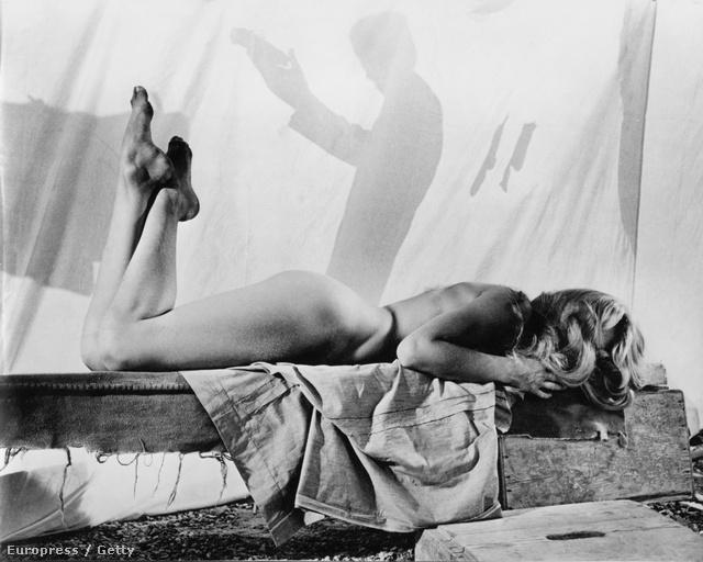 1956, És Isten megteremté a nőt. Ezt a filmet forgatja éppen, az eddigieknél is szellősebb kosztümben.