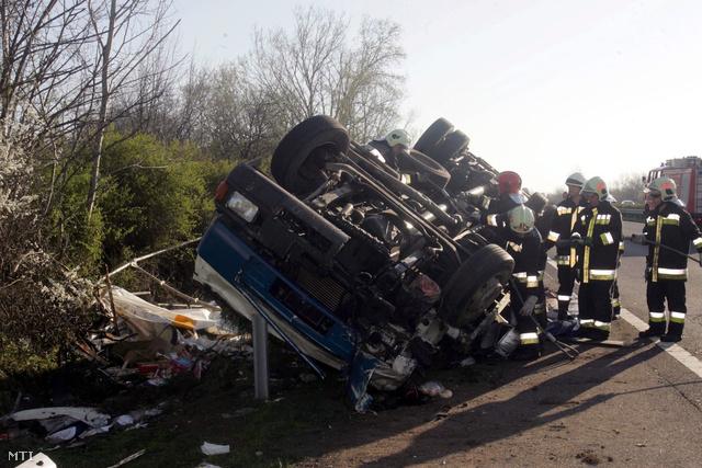 Fejtetőre állt teherautó az M7-es autópályán, Polgárdinál