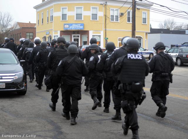 Reggel is folytatódott a hajtóvadászat Watertown városrészben, többször alakult ki tűzharc a lopott autóval menekülő merénylők és a rendőrök között.