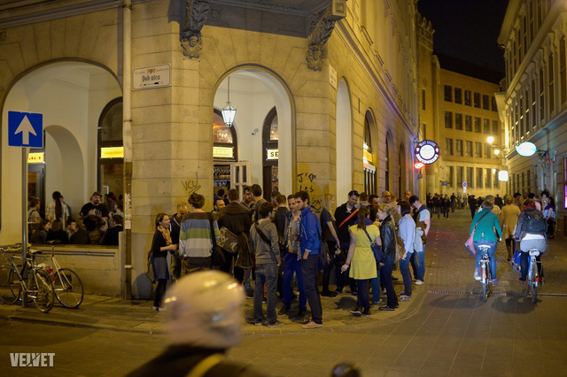 A Dob utcában este 10-kor már az utcára lóg mindenki.