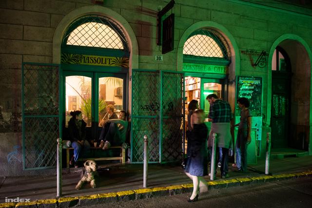 Kevesen tudják, hogy a Nagy Dióa utcai Massolit könyves kávéház apró szobáiból a belváros legnagyobb zöld udvarára nyílik teraszajtó.