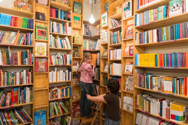 Gyerekbarát könyvesbolt, rengeteg színes könyvvel