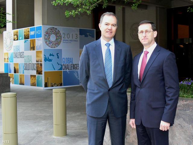 Tanosz Arvanitisz, az IMF magyarországi misszióvezetője és Varga Mihály nemzetgazdasági miniszter  a Nemzetközi Valutaalap és a Világbank tavaszi gyűlésének helyet adó IMF-székház előtt Washingtonban