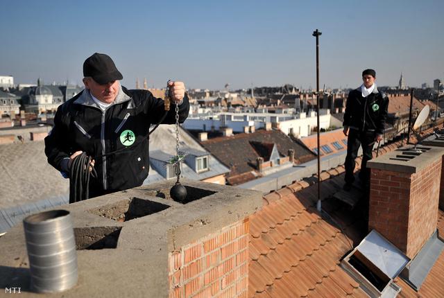 Kéményseprők kéményt ellenőriznek a VII. kerületi Király utcában