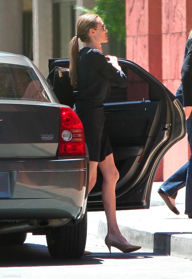 Angelina Jolie térde