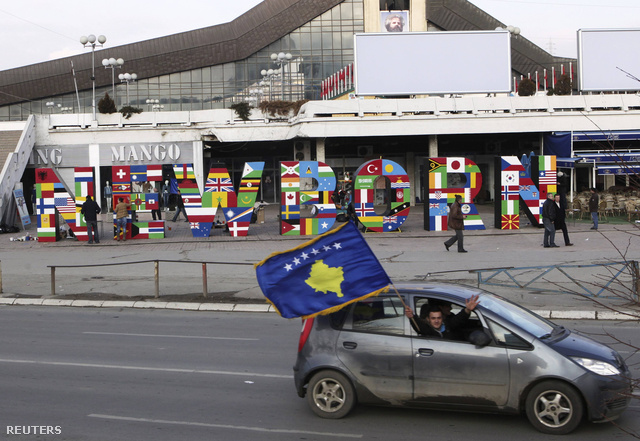 Koszovói zászló egy autón, Pristinában