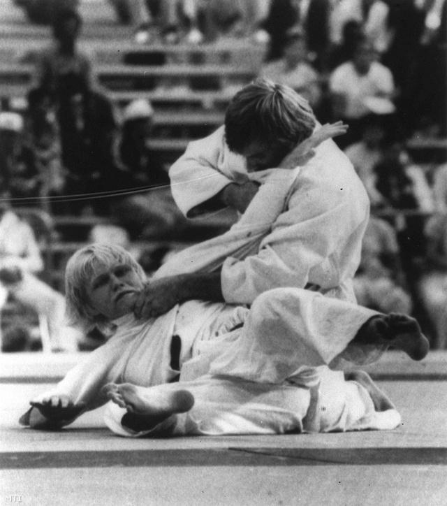 1976. július 31. Tuncsik József küzd a lengyel Marian Standowicz (lent) ellen a cselgáncs 63 kg-os súlycsoportjában. A magyar versenyző bronzérmet szerzett.