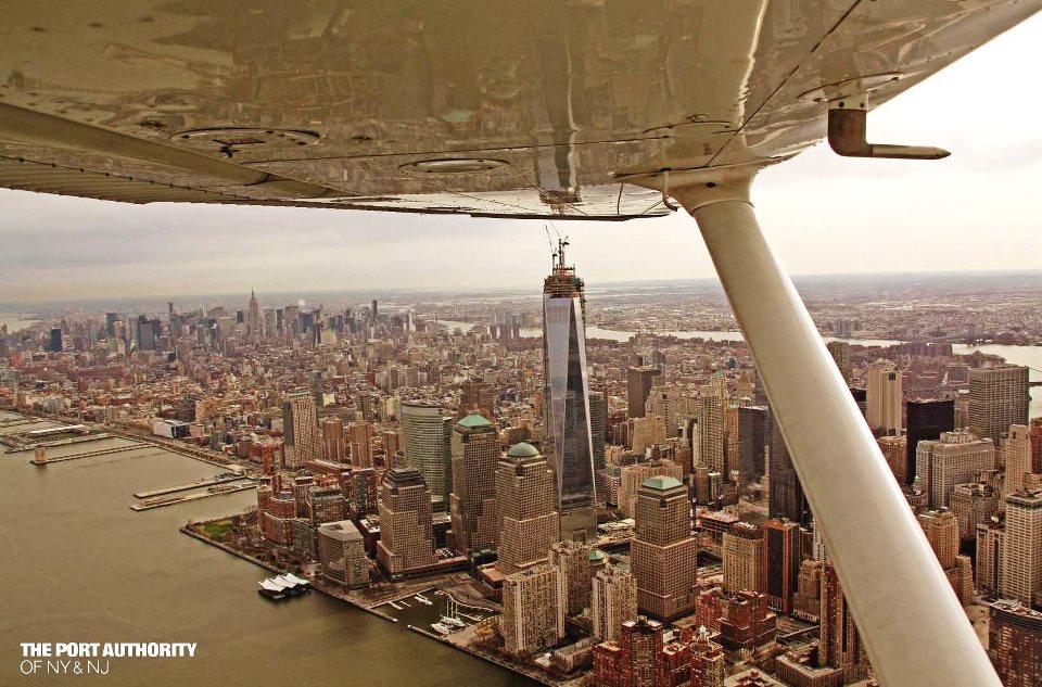 Így áll az építkezés most, 2013. áprilisában, 102 elkészült emelettel. Az új WTC ugyanúgy kiemelkedik Manhattan látéképéből, mint azelőtt az ikertornyok.