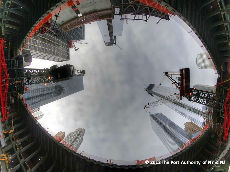 Kilátás a metrómegállóból felfelé, egyenesen a Manhattan feletti égboltra.