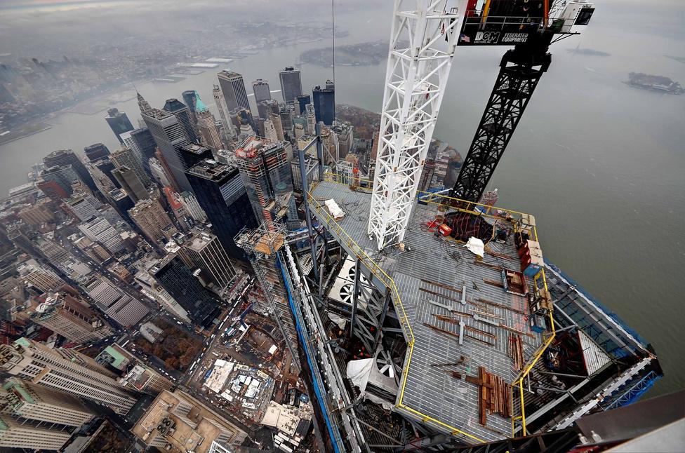 Dél-Manhattan a Wall Streettel a félkész 1WTC tetejéről. A háttérben a ködben kivehető a Szabadség-szobor sziluettje is.