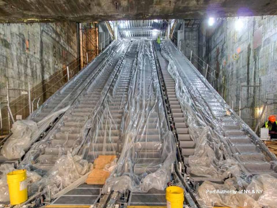 Az alagsori metrómegállóba vezető mozgólépcsők.