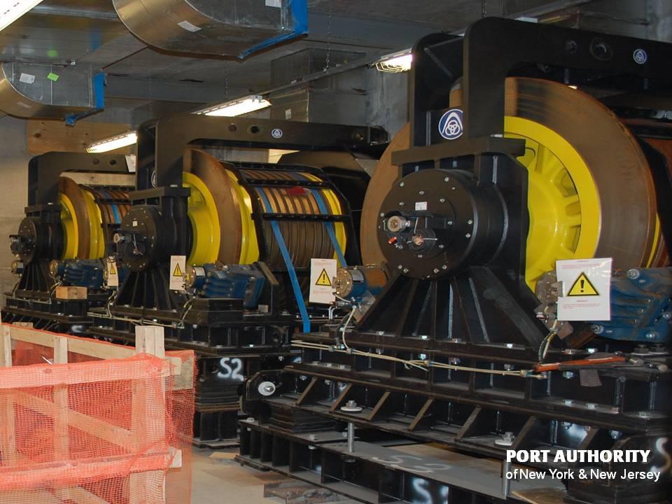 A lifteket mozgató motorok, darabja 25 tonna.