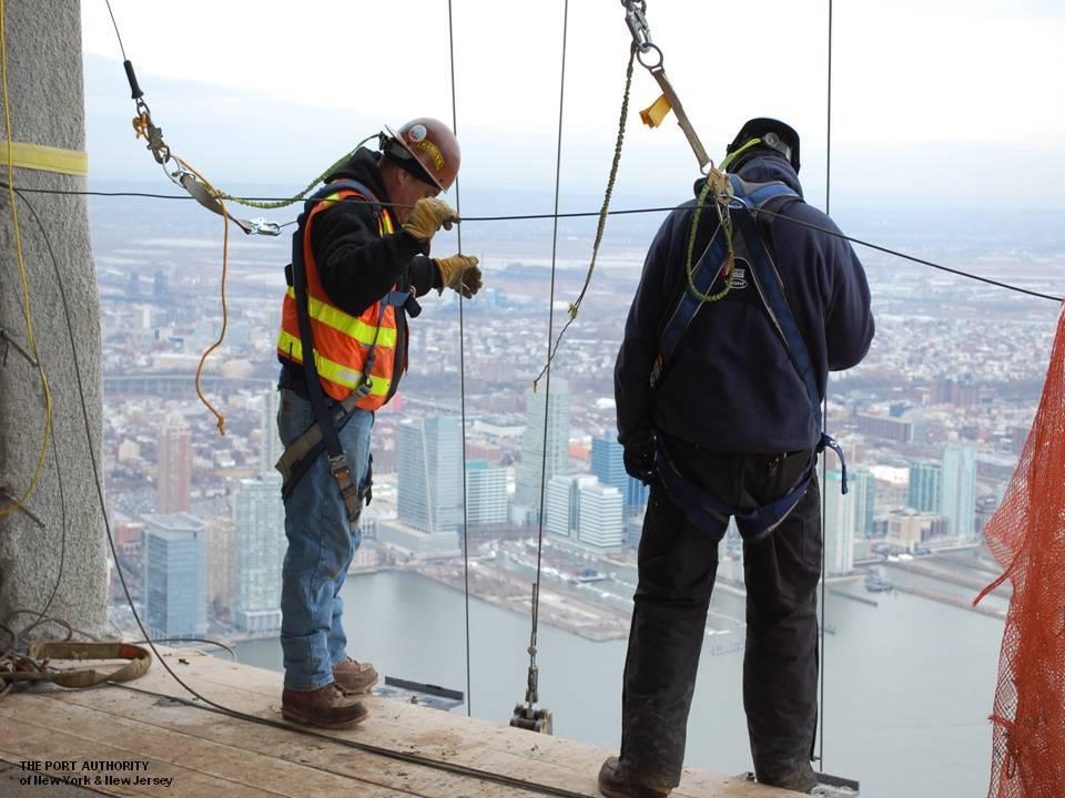 2013. február, a munkások éppen a századik emelet ablakait szerelik be, 378 méteres magasságban.