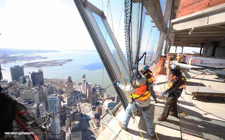 A több száz méteres magasságban dolgozó munkásoknak erős idegek kellenek az ablakok beszereléséhez.