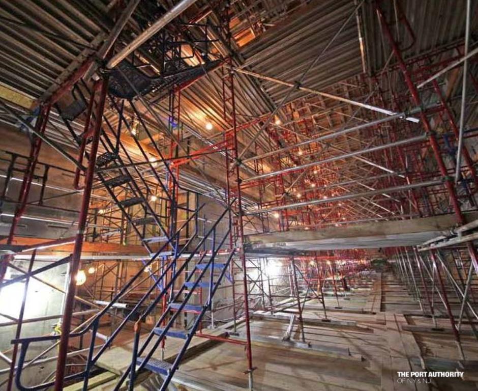 Az épület nagy előcsarnoka, egyelőre felállványozva, 2013. márciusából: 2000 négyzetméter, 18 méteres belmagasság.