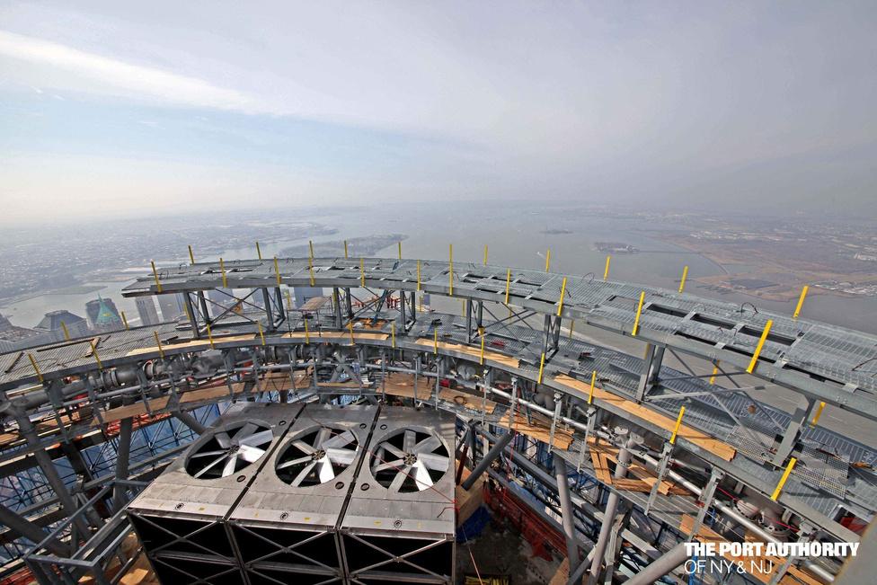 A felhőkarcoló tetején három kommunikációs gyűrű lesz, itt éppen a második látható a képen, félkész állapotban.