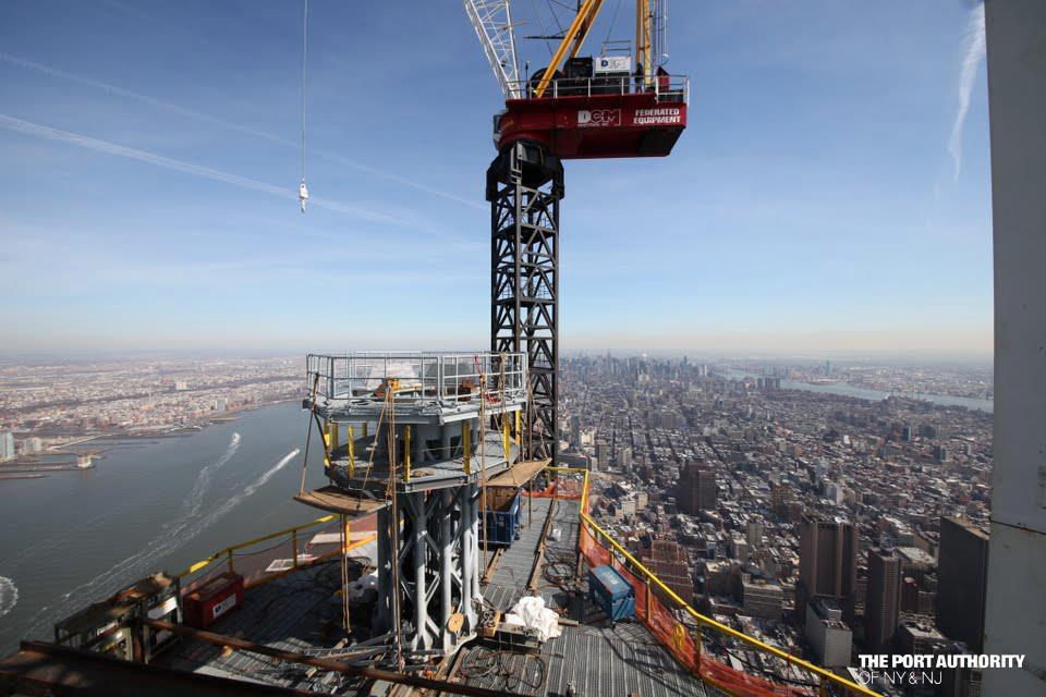 A 42 tonnás csúcsdíszt (valójában egy rakár telekommunikációs berendezés és antenna) rögzítik a felhőkarcoló tetejére.
