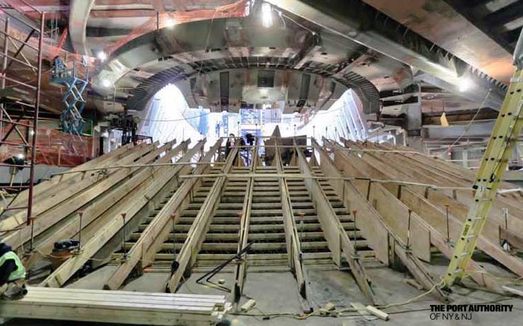 Az 1WTC alagsora a New York-i metró fontos csomópontja egyben, 12 metróvonal fut össze az állomáson, napi 250 ezer utast kiszolgálva..