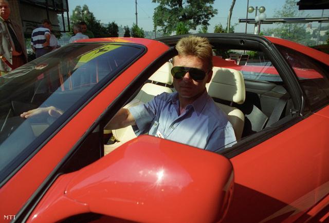 Détári az első Magyarországra importált Ferrarik egyikében 1993-ban.